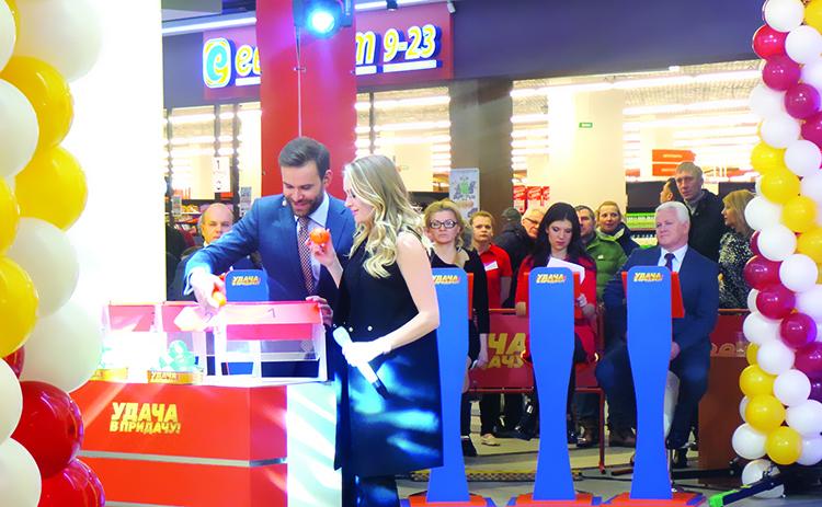 Ведущий первого розыгрыша рекламной игры «Удача в придачу!» Дмитрий Кохно и певица Анна Шаркунова.