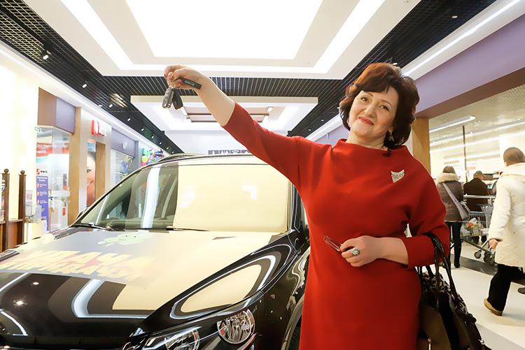 Счастливая обладательница автомобиля VW Tiguan Инна Семеновна Воронина.